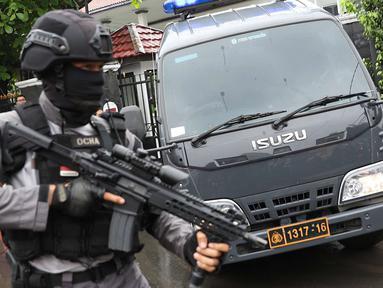 Polisi bersenjata melakukan pengamanan sidang pembelaan terdakwa kasus bom Thamrin, Aman Abdurrahman di Pengadilan Negeri Jakarta Selatan, Jumat (25/5). Personel Polri dan TNI yang diterjunkan ditambah menjadi 270 orang. (Liputan6.com/Immanuel Antonius)