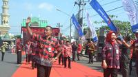 Tasdi bergaya saat pembukaan Gebyar Batik Purbalingga dengan motif batik khas, motif lawa. Sabtu, 12 mei 2018. (Dok Kominfo Purbalingga/Liputan6.com)