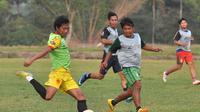 Syaiful Indra Cahya saat main bareng di klub lokal Ikhlas FC untuk jaga kondisi. (Iwan Setiawan/Bola.com)