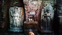 Patung Dewi Sri dan Dewi Laksmi, permaisuri Raja Airlangga, yang disebut Candi Belahan Sumber Tetek di Pasuruan, Jawa Timur. (Liputan6.com/Dhimas Prasaja)