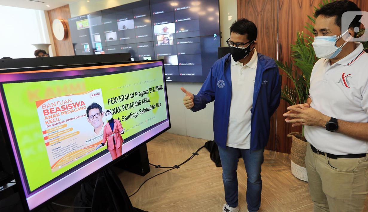 Menteri Parekraf Sandiaga Salahuddin Uno (kiri) berbincang dengan founder Kahmipreneur Kamrussamad (kanan) disela-sala acara penyerahan program beasiswa kepada anak pedagang kecil untuk kategori pelajar SMA dan SMP terdampak pandemi di Jakarta, (03/8/2021). (Liputan6.com/HO/Bon)
