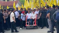 Jokowi ditemani Iriana memilih menaiki becak menuju lokasi kampanye. (Liputan6.com/Lizsa Egeham)