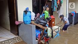 Warga membersihkan rumahnya saat banjir di RW 06 kawasan Mekarsari, Depok, Jawa Barat, Sabtu (20/2/2021). Banjir yang disebabkan meluapnya aliran Kali Cipinang Timur ini terjadi akibat intensitas hujan tinggi di wilayah tersebut (Liputan6.com/Herman Zakharia)