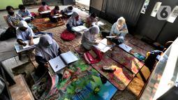 Murid kelas IV SD Muhammadiyah 37 belajar di teras rumah seorang guru di kawasan Pondok Cabe Udik, Tangerang Selatan, Banten, Senin (10/8/2020). Kegiatan belajar mengajar (KBM) tatap muka ini dilakukan dengan menerapkan standar protokol kesehatan. (merdeka.com/Arie Basuki)