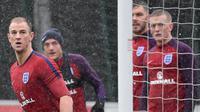 Kiper Inggris, Joe Hart, bersiap menangkap bola saat latihan di St George Park, Staffordshire, Selasa (7/11/2017). Latihan ini persiapan jelang laga persahabatan melawan Jerman dan Brasil. (AFP/Paul Ellis)