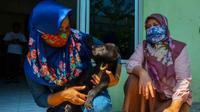 Petugas BBKSDA Riau bersama anak beruang yang terpisah dari induknya di Kabupaten Indragiri Hulu. (Liputan6.com/Dok BBKSDA Riau)