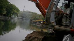 Pemda DKI melakukan pengerukan di Kali Sidang sebagai antisipasi banjir yang kerap melanda Jakarta, Jakarta, Jumat (19/9/2014) (Liputan6.com/Faizal Fanani)