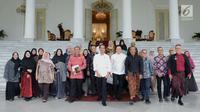 Presiden Joko Widodo berfoto bersama dengan komunitas dan para pelaku usaha busana muslim usai menggelar pertemuan di Istana Bogor, Jawa Barat, Kamis (26/4). (Liputan6.com/Pool/Biro Pers Setpres)