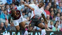 Duel Gabriel Agbonlahor dan Glen Johnson pada pertandingan Liga Inggris antara Aston Villa melawan Liverpool di Stadion Villa Park , Birmingham Sabtu 24 Agustus 2013. (AFP/Olly Greenwood)