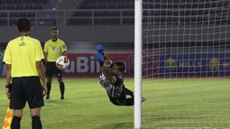 Andritany juga mengamankan tiga tembakan dari lima tendangan pemain PSM yang tidak berbuah gol dari adu penalti. Pengalamannya sebagai kiper tentu telah membuatnya memiliki pengaruh besar untuk keberhasilan Persija. (Foto: Bola.com/Ikhwan Yanuar)
