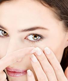 Tampil dengan mata terlihat lebih besar dengan pilihan lensa kontak yang aman dan nyaman digunakan.