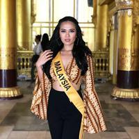 Finalis Miss Grand International 2018 asal Malaysia, Debra Jeanne Poh mengenakan batik parang. (Instagram/debrajeanne.poh)