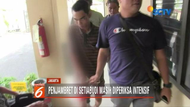Pelaku penjambretan yang membuat pengemudi ojol wanita tewas menjalani prarekonstruksi di tempat kejadian perkara.