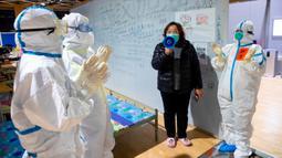 Pasien virus corona atau COVID-19 (kedua kanan) bernyanyi untuk para petugas medis di sebuah rumah sakit sementara di Wuhan, China, Senin (9/3/2020). China menutup semua rumah sakit sementara yang dibuat untuk menangani virus corona di Kota Wuhan.  (Xinhua/Shen Bohan)