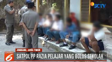 Sejumlah pelajar yang tertangkap tampak dimarahi petugas karena berusaha lari saat akan didata.