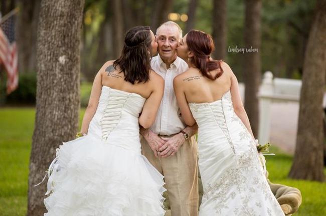 Sarah dan Becca saat mencium sang ayah | Photo: Copyright mirror.co.uk