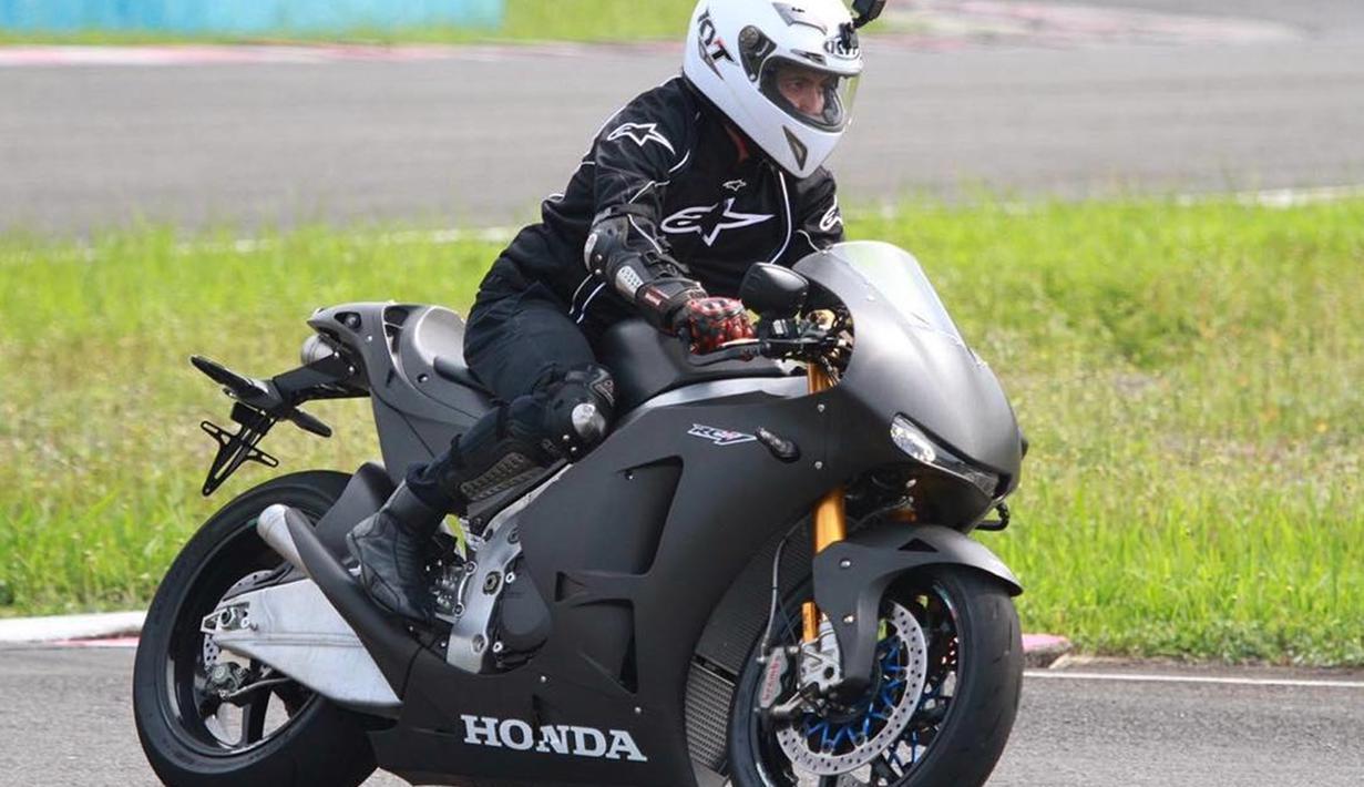 Salah satu yang kerap mengendarai motot gedenya ialah Desta. Suami dari Natasha Rizky ini mempunyai koleksi motor gede yang bermacam-macam dan beraneka garam.Kecintaan desta terhadap motor gede kerap ia tunjukkan dengan rela membeli motor dengan harga yang cukup fantastis.(Liputan6.com/IG/@desta80s)
