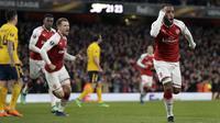 Striker Arsenal, Alexandre Lacazette, melakukan selebrasi usai mencetak gol ke gawang Atletico Madrid pada laga semifinal Liga Europa di Stadion Emirates, Kamis (26/4/2018). Arsenal ditahan 1-1 oleh Atletico Madrid. (AP/Tim Ireland)