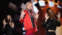 Hyoyeon SNSD, penyanyi asal Korea Selatan saat menghibur penonton yang memadati area dalam acara Countdown Asian Games 2018. Penampilannya malam itu terlihat enerjik dan disambut ribuan penggemarnya. (Bambang E. Ros/Bintang.com)