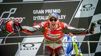 Pembalap Ducati, Jorge Lorenzo menunjukkan ekspresi bahagia saat naik podium juara MotoGP Italia 2018 di Sirkuit Mugello. (Twitter/Ducati Motor)