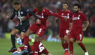 Gelandang PSG, Neymar, berusaha melewati kepungan para pemain Liverpool pada laga Liga Champions di Stadion Anfield, Liverpool, Selasa (18/9/2018). Liverpool menang 3-2 atas PSG. (AP/Dave Thompson)