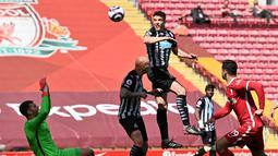 Tertinggal satu gol, beberapa kali pemain Newcastle sempat mencetak gol ke gawang Liverpool pada menit, namun gol tersebut dianulir oleh wasit Andre Marriner. (Foto: AFP/Pool/Paul Ellis)