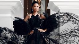 Penampilan Ayu Maulida dengan gaun hitam dalam pemotretan ini juga tak lepas dari perhatian netizen. Pasalnya, meski dengan makeup dan tatanan rambut sederhana, ia tetap terlihat begitu menawan. (Liputan6.com/IG/@ayumaulida97)