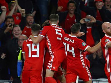 Para pemain Wales merayakan gol yang dicetak Gareth Bale ke gawang Azerbaijan pada laga Kualifikasi Piala Eropa 2020 di Cardiff City Stadium, Cardiff, Jumat (6/9). Wales menang 2-1 atas Azerbaijan. (AFP/Geoff Caddick)