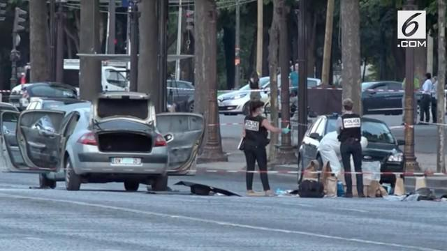 Petugas kepolisian menutup akses jalan Champs Elysees setelah seorang pria menabrakkan kendaraannya ke van polisi dan memicu sebuah ledakan.