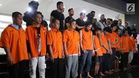 Tersangka kasus kerusuhan Aksi 22 Mei dihadirkan saat rilis di Polda Metro Jaya, Jakarta (22/5/2019). Polda Metro Jaya mengamankan 257 orang terkait kerusuhan pada Aksi 22 Mei. (Liputan6.com/JohanTallo)