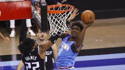 Pebasket Houston Rockets, Jae'Sean Tate, memasukan bola saat melawan Sacramento Kings pada laga NBA, Jumat (1/1/2021). Houston Rockets menang dengan skor 122-119. (AP/Richard Carson)