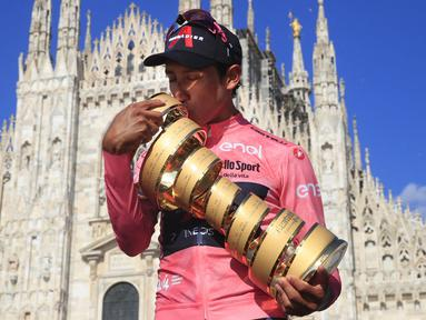 Pembalap Ineos Grenadiers, Egan Bernal, sukses dalam perhelatan Giro d'Italia tahun ini. Ia sukses mengantongi poin tertinggi di Geneal Classification (GC) dan membuatnya menjadi Si Maglia Rosa Giro d'Italia. (Foto: AFP/Luca Bettini)