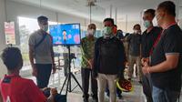 Proses vaksinasi skuad Persis Solo yang ikut dikunjungi Wali Kota Surakarta, Gibran Rakabuming Raka. (Bola.com/Vincentius Atmaja)
