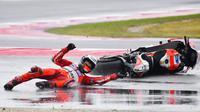 Pebalap Ducati, Jorge Lorenzo, terjatuh pada balapan MotoGP San Marino di Sirkuit Misano, Minggu (11/9/2017). Pebalap asal Spanyol itu hanya mampu melahap tujuh lap sebelum terjatuh di tikungan keenam. (AFP/Marco Bertorello)