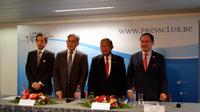 Menteri Koordinator Perekonomian Indonesia, Darmin Nasution (dua dari kanan) dan Sekjen Kementerian Industri Utama Malaysia, Dr. Tan Yew Chong, pada konferensi pers di Brussel, Belgia, Senin (8/4/2019).
