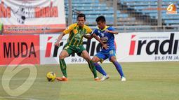Pergerakan Irsyad Maulana terus dihadang pemain belakang United Army Thailand. (Liputan6.com/Helmi Fithriansyah)