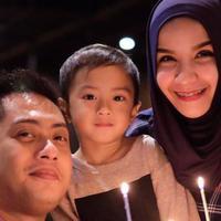 Ferry Ardiansyah dan Tasya Nur Medina bersama putra tercinta mereka (Instagram/@keefebazli)