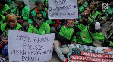 Pengemudi ojek online berunjuk rasa di depan kantor Kedutaan Besar Malaysia, Jakarta, Selasa (3/9/2019). Mereka protes terhadap penyataan kontroversial bos Big Blue Taxi, perusahaan taksi Malaysia, terkait rencana Gojek mengaspal di Negeri Jiran. (Liputan6.com/Faizal Fanani)