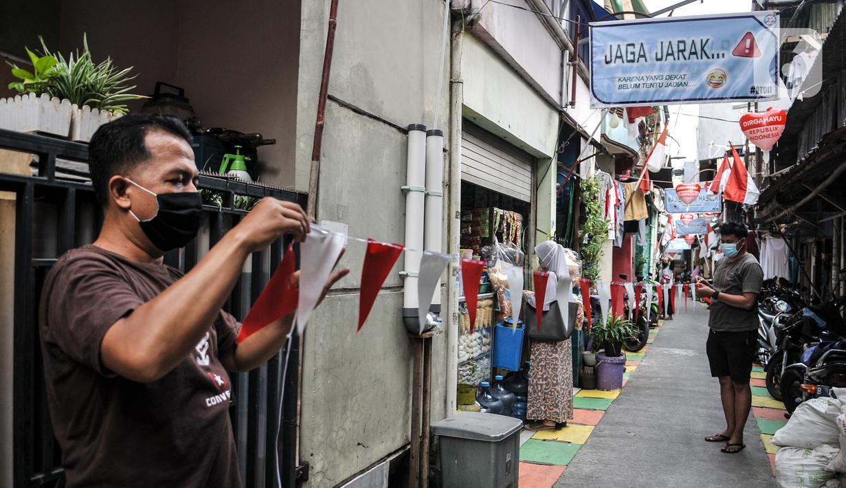 Warga memasang hiasan bernuansa HUT RI di Gang A, RT 10/11, Pademangan Timur, Jakarta, Rabu (5/8/2020). Ide menghias gang tersebut dicetus Ketua RT setempat, Farli (48), dan disambut antusias oleh warga yang membantu pemasangan atribut HUT ke-75 RI secara swadaya. (merdeka.com/Iqbal S. Nugroho)