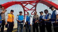 Direktur Utama PT Jasa Marga (Persero) Tbk (JSMR) Desi Arryani saat menyambangi Jembatan Kalikuto di ruas Jalan Tol Batang-Semarang (Foto:Liputan6.com/Bawono Y)