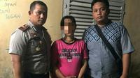 Istri yang bunuh suaminya ditangkap personel Polres Pelalawan. (Liputan6.com/istimewa/M Syukur)