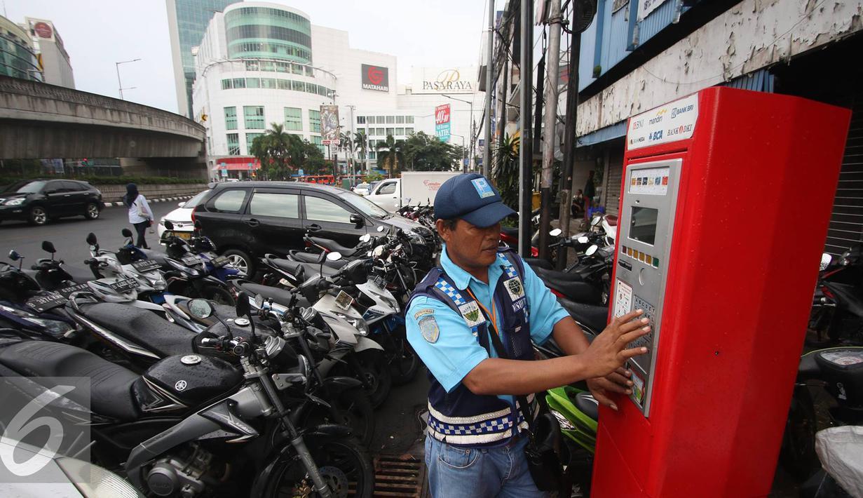 Petugas melakukan pembayaran pada mesin parkir meter di Jalan Falatehan, Jakarta, Selasa (1/11). Kepala UP Perparkiran Dishubtrans DKI Theodore Sianturi mengatakan kebutuhan mesin parkir mencapai 978 unit di 387 titik. (Liputan6.com/Immanuel Antonius)