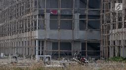 Spanduk penyegelan terpampang di sebuah bangunan proyek reklamasi Pulau D, Teluk Jakarta, Kamis (7/6). Suasana di lokasi proyek tampak sepi usai penyegelan. (Liputan6.com/IqbalNugroho)