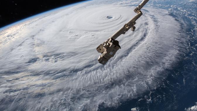 Gambar yang disediakan oleh NASA memperlihatkan Badai Florence di atas Samudra Atlantik terlihat dari Stasiun Luar Angkasa Internasional, Rabu (12/9). Badai Florence ini berpotensi membawa gelombang tinggi, hujan deras dan banjir parah. (HO / NASA / AFP)#source%3Dgooglier%2Ecom#https%3A%2F%2Fgooglier%2Ecom%2Fpage%2F%2F10000