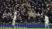 Striker Tottenham Hotspur, Harry Kane (kiri) berselebrasi usai mencetak gol ke gawang Olympiakos pada pertandingan Grup B Liga Champions di Stadion Tottenham Hotspur di London utara (26/11/2019). Kane mencetak dua gol dan mengantar Tottenham menang telak 4-2 atas Olympiakos. (AFP Photo/Glyn Kirk)
