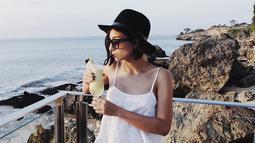 Saat pergi tamasya, istri Benjamin Pandelaki ini tampil santai dengan tanktop berwarna putih. Penampilannya terlihat standout dengan topi fedora berwarna hitam serta kacamata gelap. (Liputan6.com/IG/lolitagustine)