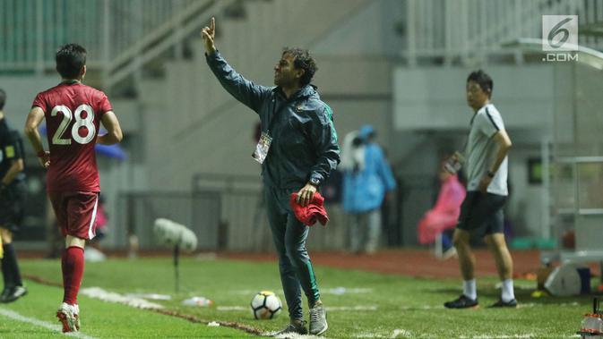 Pelatih timnas Indonesia U-23, Luis Milla memberi arahan pada pemainnya saat laga persahabatan melawan Korea Selatan U-23 di Stadion Pakansari, Kab Bogor, Sabtu (23/6). Indonesia U-23 kalah 1-2. (Liputan6.com/Helmi Fithriansyah)#source%3Dgooglier%2Ecom#https%3A%2F%2Fgooglier%2Ecom%2Fpage%2F%2F10000