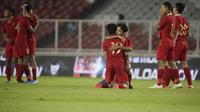 Pemain Timnas Indonesia U-16, Faizal Shaifullah, memeluk Ahmad Athallah usai melawan China pada Kualifikasi Piala AFC U-16 2020 di SUGBK, Jakarta, Minggu (22/9). Kedua negara bermain imbang 0-0. (Bola.com/Vitalis Yogi Trisna)