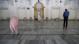 Umat muslim melaksanakan salat di sebuah masjid di Gauhati, India, Senin (8/6/2020). India kembali membuka tempat ibadah, pusat perbelanjaan, dan restoran setelah tiga bulan lockdown karena pandemi virus corona COVID-19. (AP Photo/Anupam Nath)
