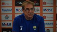 Pelatih Persib Bandung Robert Alberts termotivasi memenangi pertandingan melawan Tira Persikabo. (Liputan6.com/Huyogo Simbolon)